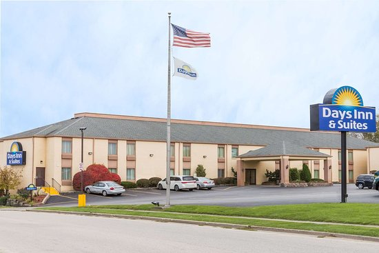 Days Inn & Suites by Wyndham Bloomington/Normal IL : Exterior