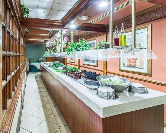 كواليتي إن كونفرنس سنتر: Restaurant with buffet