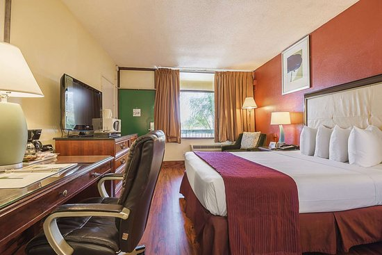 Quality Inn: Well-equipped guest room