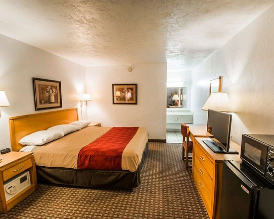 Econo Lodge University: King room with 32-inch LCD television