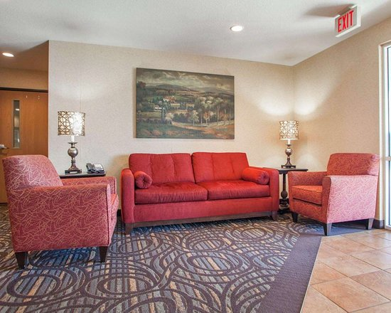 Story City, IA: Spacious lobby with sitting area