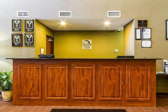 Pleasant Hill, IA: Hotel lobby