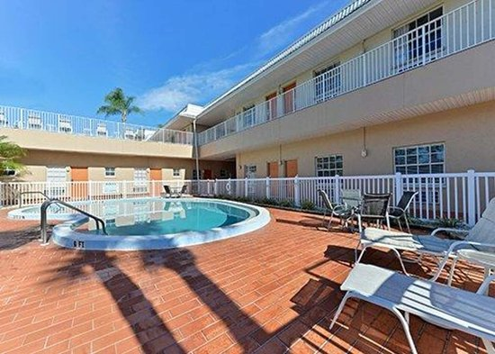 Rodeway Inn: Outdoor pool with sundeck