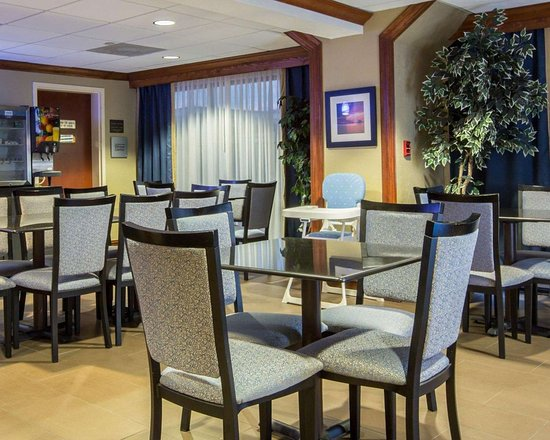 Comfort Suites : Enjoy breakfast in this seating area