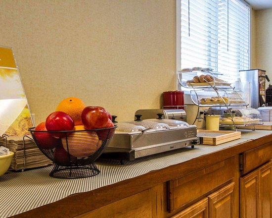 Quality Inn & Suites: Assorted breakfast items