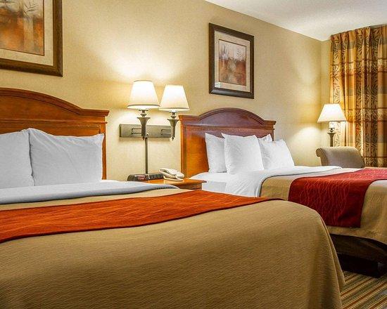 Wilton, ME: Guest room with queen beds