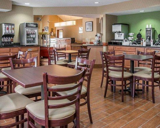 Sleep Inn & Suites: Spacious breakfast area