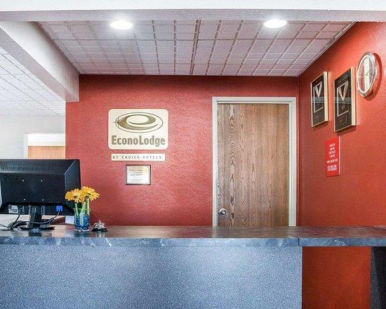 Econo Lodge: Front desk