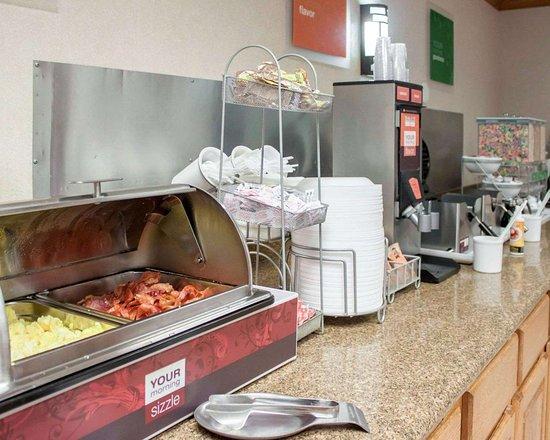 Comfort Suites Airport: Assorted breakfast items