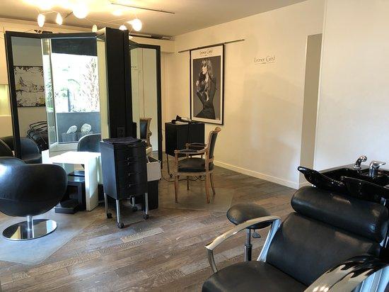 Salon de coiffure de la Maison de Beauté Carita et Leonor ...