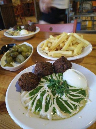"""سديروت, إسرائيل: """"Green"""" hummus masabcha + egg + falafel + free juice refill!"""