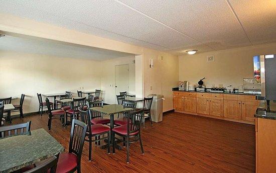 Red Roof inn Greensboro Airport: Breakfast Area