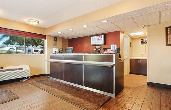 Red Roof Inn Canton: Front Desk