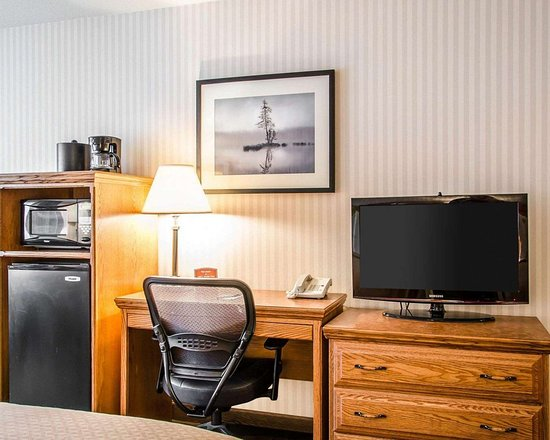 Quality Inn: Guest room with microwave and refrigerator