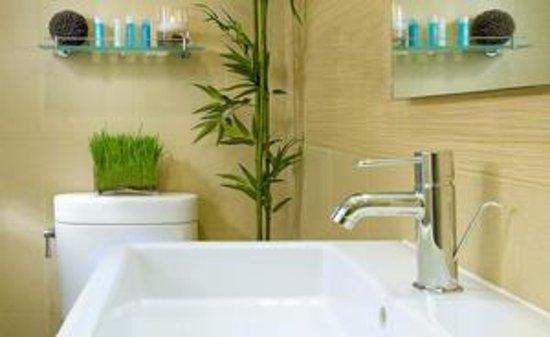 The MAve Hotel: Bathroom
