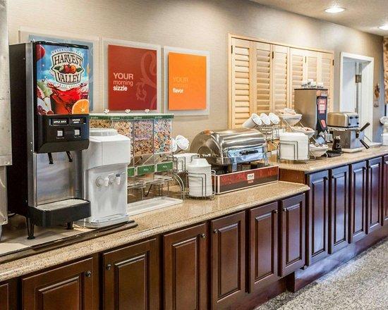 Comfort Suites Oakbrook Terrace: Breakfast counter