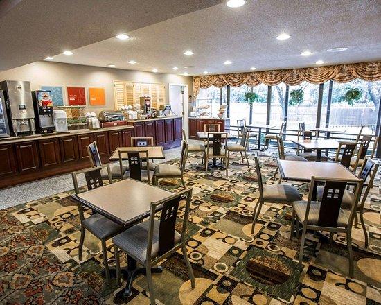Comfort Suites Oakbrook Terrace: Spacious breakfast area