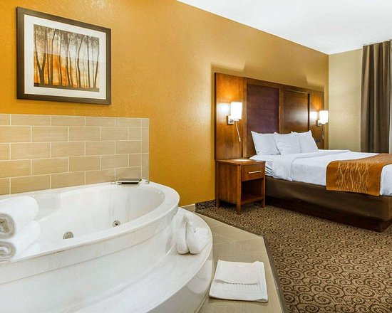 Ramsey, MN: Spacious suite with whirlpool bathtub