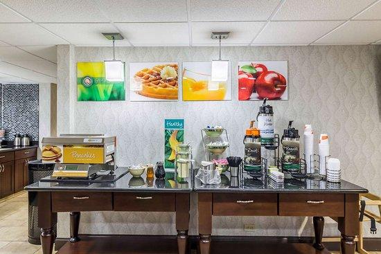 Arden Hills, MN: Breakfast area