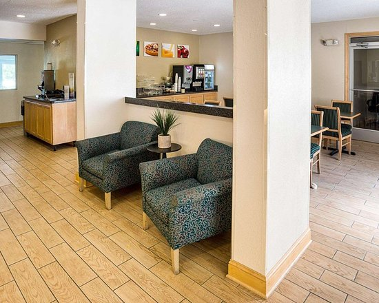 Quality Inn Northtown: Lobby with sitting area