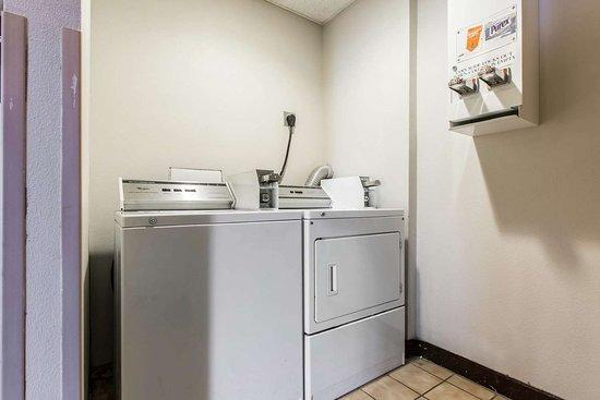Econo Lodge Inn & Suites: Guest laundry area