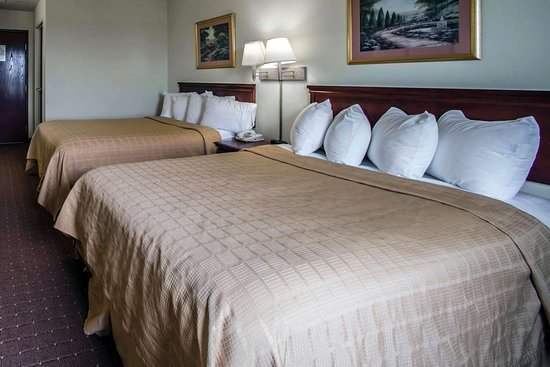 Harrisburg, IL: Guest room with queen beds