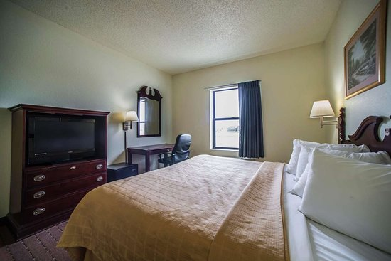 Harrisburg, IL: Guest room with king bed