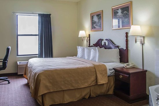 Harrisburg, IL: Guest room with flat-screen television