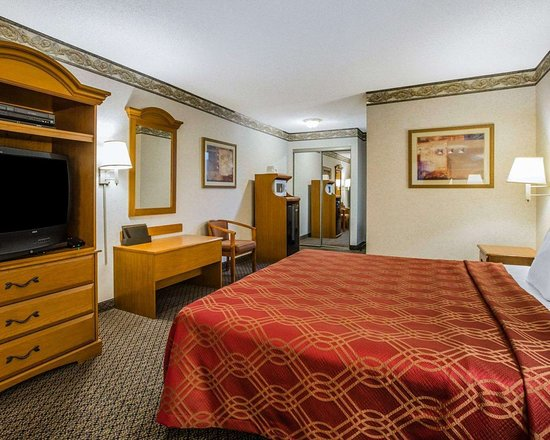 Econo Lodge: Spacious suite with added amenities