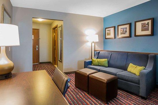 Comfort Suites: Suite with queen bed(s)
