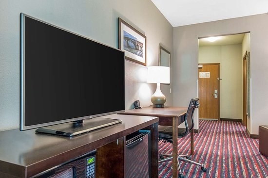 Comfort Suites: Guest room with added amenities