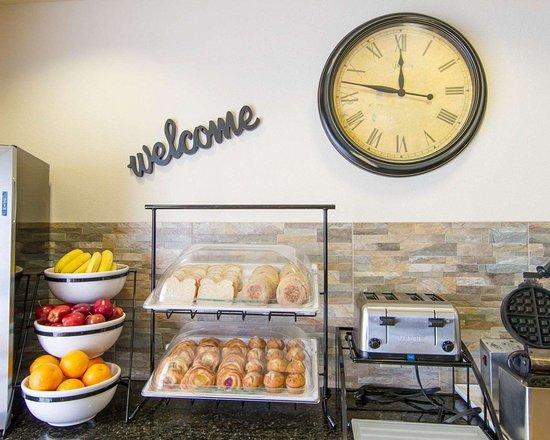 Comfort Inn & Suites Fort Myers: Assorted breakfast items