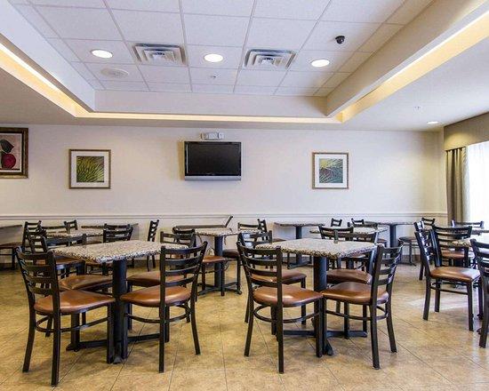 Comfort Inn & Suites Fort Myers: Spacious breakfast area