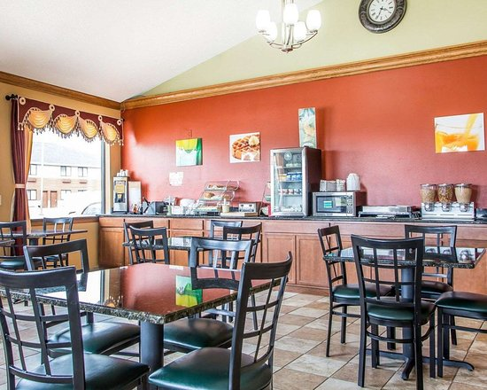 Quality Inn Morton: Enjoy breakfast in this seating area