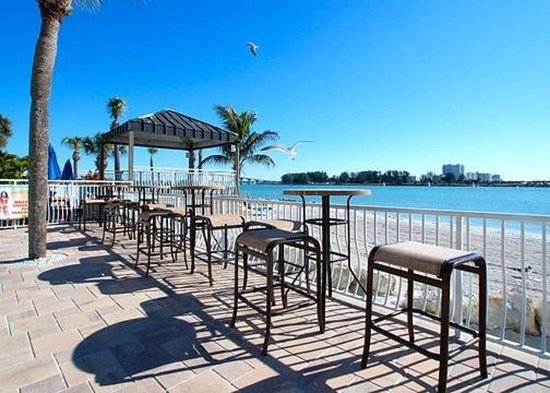 Quality Hotel Clearwater Beach Resort: Outdoor pool with poolside bar