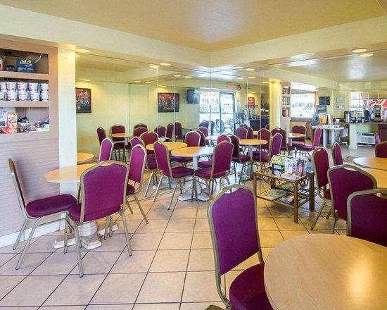 Econo Lodge Inn & Suites Maingate Central: Enjoy breakfast in this seating area