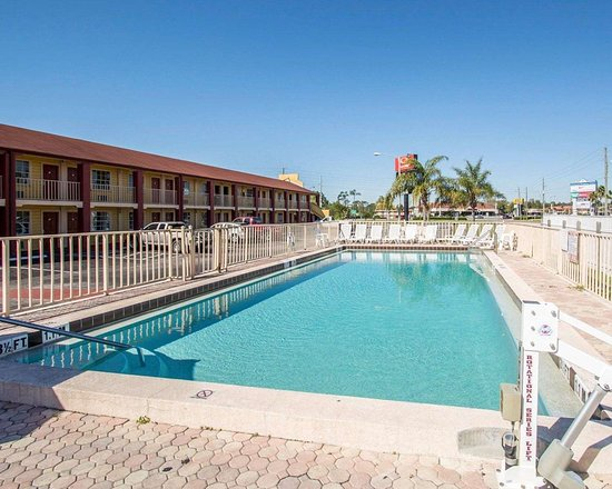 Econo Lodge Inn & Suites Maingate Central: Outdoor pool