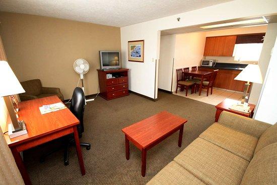 Best Western Gold Rush Inn: Suite Living Room