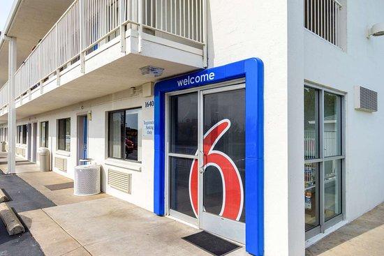 Motel 6 Redding Central: exterior