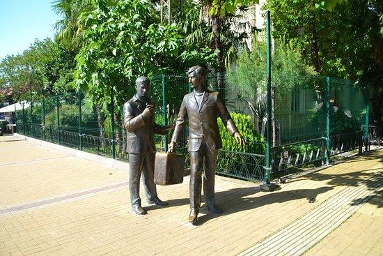 Monument to the Characters of Movie Brilliantovaya Ruka: Геша с чемоданом