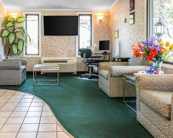 Rodeway Inn: Lobby with sitting area