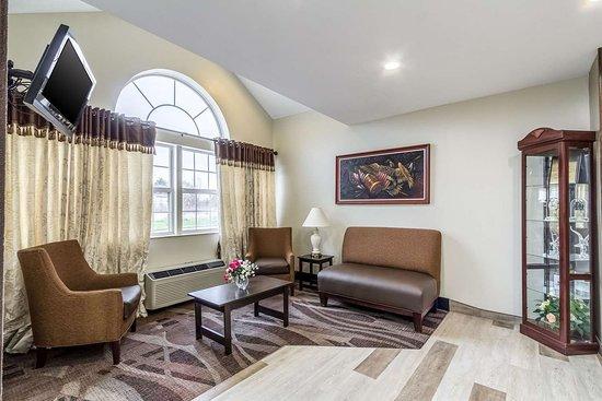 North Lima, Οχάιο: Lobby with sitting area