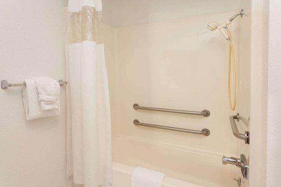 Alsip, IL: Guest room bath