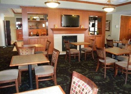 Florissant, MO: Enjoy breakfast in this seating area
