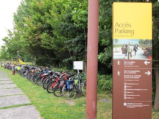 แอบบีดูมองต์เซนต์มิเชล: Parcheggio bici con utili rastrelliere (le bici sono comprensibilmente vietate sull'isola)