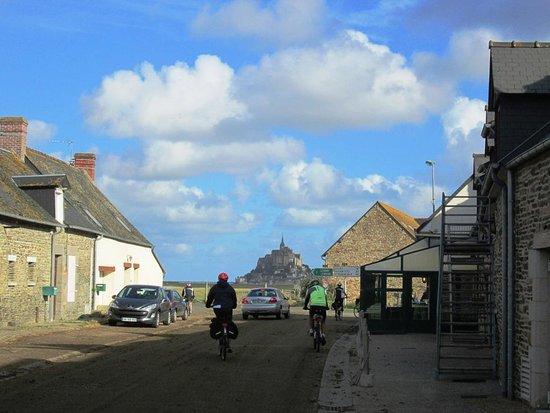 แอบบีดูมองต์เซนต์มิเชล: Le Mont St. Michel da un'altra angolazione lungo il litorale