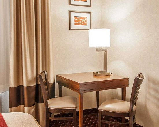 Comfort Inn & Suites: Guest room with sitting area