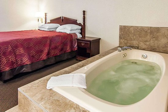 Econo Lodge Southeast: Guest room with whirlpool bath