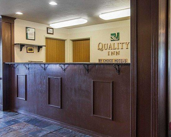 Quality Inn & Suites: Front desk