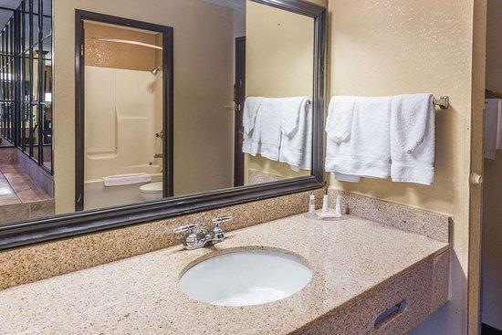 Baymont by Wyndham Lancaster: Bathroom